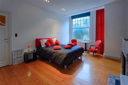 Tête de lit réalisée pour les chambres d'hôtes Parc Josaphat. Garnissage des sièges et confection des coussins